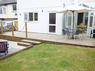 PIER VIEW, all ground floor, garden with patio, conservatory, pet-friendly, in