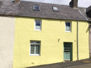 THE YELLOW HOUSE, WiFi, views of Galawater Valley, Ref 963663