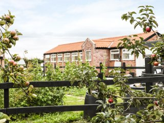 BOWLER YARD COTTAGE, WIFI, open plan living, on-site vineyard, near Chesterfield