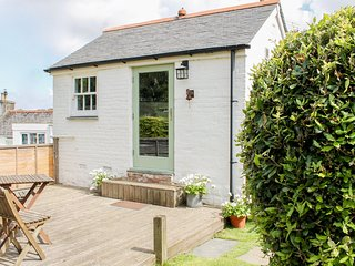THE TACK HOUSE pet welcome, enclosed garden, close to beaches in Hayle Ref: 9636