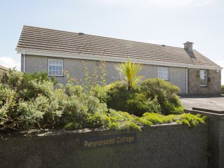 PEN YR ORSEDD COTTAGE, WIFI, traditional beams, outstanding views of Anglesey, R