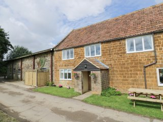 OAKLANDS HOUSE, pet friendly, wood burner, spacious layout, countryside, in Hint