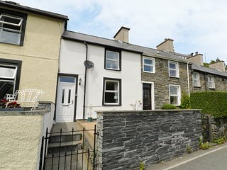 2 HOLLAND TERRACE, open fire, pet-friendly, ideal for a couple or family, in