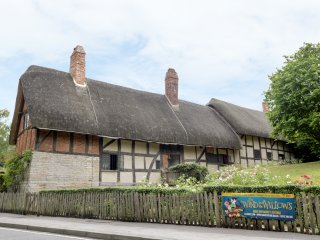 3 HATHAWAY HAMLET, character cottage, Smart TV, lovely holiday home, in Stratfor