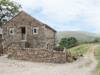 SKYLARK, barn conversion, en-suite bedroom, views of Peak District, in Longnor