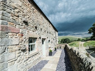 LAPWING, Smart TV, exposed wooden beams, en-suite bedrooms, in Longnor, Ref