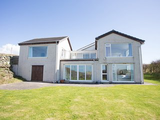 BAY'S END, spacious accommodation, five bedrooms, sea views, in Trearddur Bay