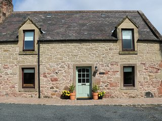 SOUTHFIELD COTTAGE, WIFI, modern interior, fantastic views, near Chirnside,Ref