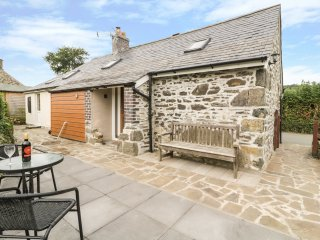 BRAMBLE COTTAGE, wood burner, exposed beams, pet friendly, in Tywyn, Ref. 962795