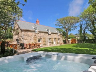 THE OLD FORGE stylish detached retreat with hot tub, sea views, WiFi, pet