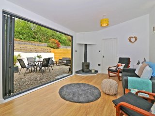 APRIL COTTAGE, stylish modern barn conversion, woodburner, private courtyard