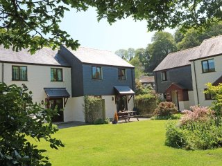 YARG COTTAGE modern house in holiday village, walk to beach, close to Falmouth,