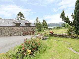 HEN YSGUBOR COTTAGE, pet friendly, exposed beams, countryside views, in Bala, Re