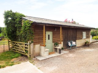 STABLE ANNEX, countryside location, wood burning stove, double bedroom, near Ros