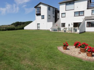 TY TRAETH, open plan accommodation, all ground floor, garden with patio, in Dega