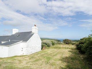 PEN Y MAES MAWR, spacious, charming, woodburner, conservartory, near Aberdaron,