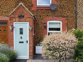 BAYTREE COTTAGE, woodburning stove, garden chalet, spacious cottage, in Heacham,