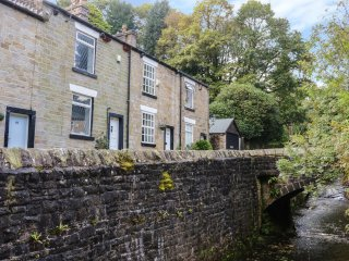 BROOK FALL COTTAGE, wood burner, characterful retreat, in Manchester, Ref