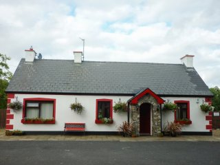 COOKIES COTTAGE, ground floor bedrooms, open plan, near Ballyshannon, Ref 962221