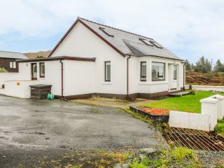 TULLOCH GORM, ground floor apartment, WiFi, sea and countryside views, near Dunv