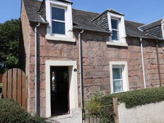 WITCHELM HOUSE, open plan living area, breakfast bar, private garden, in Inverne