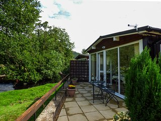RIVER'S NOOK, romantic cabin, bedroom with en-suite shower, WiFi, lawned garden,
