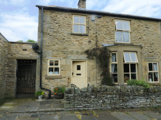 WAYSIDE COTTAGE, pet friendly, character holiday cottage, with open fire in Edmu