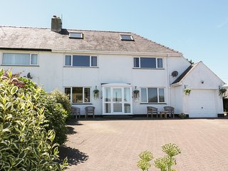 CRANFORD, spacious accommodation, pet friendly, garden with furniture, in