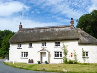 2 PRIORY COTTAGES, semi-detached, woodburning stove, pet friendly, in Okehamptio