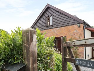 HOLLY COTTAGE, open fire, king-size bedrooms, pet-friendly, in Churchstoke, Ref.