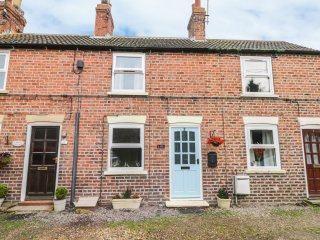 2 THE COMMON, woodburner, pet-friendly, garden with patio, in Seaton, Ref. 96188