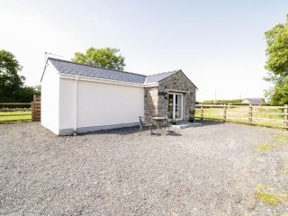 BWTHYN TY MAWR, all ground floor, double bedroom, enticing views,near Bangor, Re