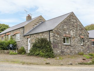 THE HAY LOFT, cosy yet contemporary, open-plan. WiFi, multi-fuel stove, near