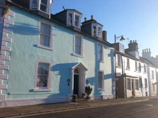 BAYTREE HOUSE, Smart TV, en-suite bedrooms, centre of Kirkcudbright, Ref 961723