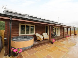 THE LODGE, all ground floor, woodburner, hot tub, pet-friendly, in Bampton, Ref.