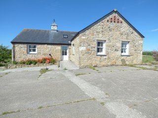 CLOCK COTTAGE, woodburning stove, pet friendly, near Hayle, Ref 961433