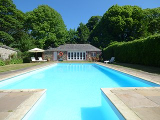 BARN COTTAGE, spacious, swimming pool, near Marazion, Ref 961431