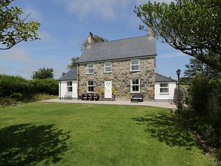 DYFFRYN FARMHOUSE, spacious, external games room, 3 x sitting rooms, beautiful