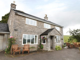 PADDOCK HOUSE, open fire, patio area, pet friendly, countryside views, in