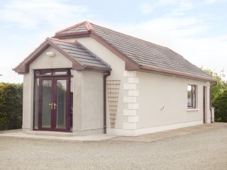 LURGEEN COTTAGE, open plan layout, all ground floor, lawned garden, in Dunmore