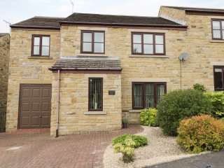 LAVENDER HOUSE, king-size, en-suite, dog friendly, Middleton in Teesdale, Ref