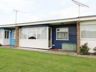 112 BEACH ROAD CHALET PARK, open plan living, cosy, lawned garden, in Great