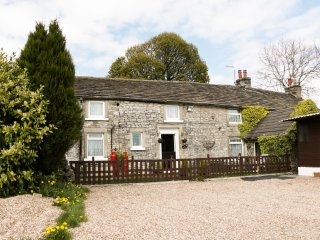 MEADOW FARM, sleeps four, farm style, open plan, near Buxton, Ref 960424