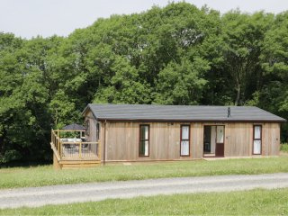 HOLLY LODGE, open plan accommodation, balcony with furniture, hot tub, countrysi