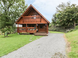 SUNSET LODGE 6, woodburning stove, pet friendly, Snowdonia National Park, Ref