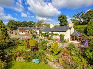SHEPHERD'S WATCH, character cottage, underfloor heating, en-suite, ideal for a f