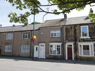 WHITE ROSE COTTAGE, WIFI, centre of Guisborough, contemporary furnshings, Ref 96