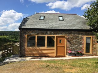 DOWNICARY CHAPEL STABLE, pet-friendly, woodburner, Launceston Ref 960308