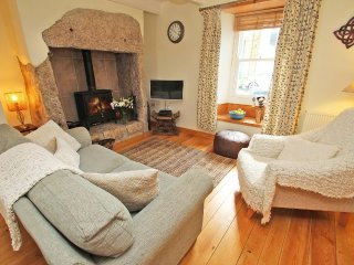 TREMBAH COTTAGE renovated terrace cottage, wood burning stove, exposed beams, fe