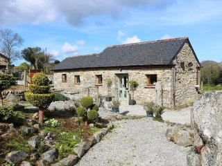 SKYBER COTTAGE divine barn conversion, private hot tub, rural setting, Falmouth
